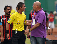MONTERIA - COLOMBIA -04 -04-2015: Alberto Suarez (Der.), tecnico de Cucuta Deportivo, dialoga con Oscar Gomez, (Izq.) arbitro durante partido entre Jaguares FC y Cucuta Deportivo, por la fecha 13 de la Liga Aguila I-2015, jugado en el estadio Municipal de Monteria en la ciudad de Monteria. / Alberto Suarez (R), coach of Cucuta Deportivo, speaks with Oscar Gomez, (L) referee, during a match between Jaguares FC and Cucuta Deportivo for the  date 13 of the Liga Aguila I-2015 at the Municipal de Monteria Stadium in Monteria city, Photo: VizzorImage  / Jose Perdomo / Cont.
