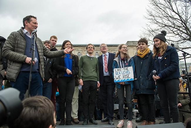 """Schuelerstreik und Demonstration """"Fridays4Future"""" (#f4f) in Berlin.<br /> Mehr als 10.000 Menschen, hauptsaechlich Schuelerinnen und Schuler kamen am Freitag den 15. Maerz 2019 in Berlin zur woechentlichen Klimademonstration um gegen die Klimapolitik der Bundesegierung zu protestieren. Erstmals wurden sie dabei von Eltern (""""Parents for Future"""") und Wissenschaftlern (Scientist for Future) unterstuetzt.<br /> An diesem Freitag streikten Schuelerinnen und Schueler weltweit  in mehr als 1650 Staedten fuer ein umdenken in der Klimapolitik.<br /> Rechts im Bild: Luisa Neubauer, Schueleraktivistin aus Berlin.<br /> Links im Bild: Der Arzt und Wissenschaftler Eckart von Hirschhausen.<br /> 15.3.2019, Berlin<br /> Copyright: Christian-Ditsch.de<br /> [Inhaltsveraendernde Manipulation des Fotos nur nach ausdruecklicher Genehmigung des Fotografen. Vereinbarungen ueber Abtretung von Persoenlichkeitsrechten/Model Release der abgebildeten Person/Personen liegen nicht vor. NO MODEL RELEASE! Nur fuer Redaktionelle Zwecke. Don't publish without copyright Christian-Ditsch.de, Veroeffentlichung nur mit Fotografennennung, sowie gegen Honorar, MwSt. und Beleg. Konto: I N G - D i B a, IBAN DE58500105175400192269, BIC INGDDEFFXXX, Kontakt: post@christian-ditsch.de<br /> Bei der Bearbeitung der Dateiinformationen darf die Urheberkennzeichnung in den EXIF- und  IPTC-Daten nicht entfernt werden, diese sind in digitalen Medien nach §95c UrhG rechtlich geschuetzt. Der Urhebervermerk wird gemaess §13 UrhG verlangt.]"""