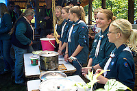 Local scouts are ready to serve lunch to the royal couple. Photo: Mikko Roininen / Scouterna