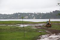 SAO PAULO, SP - 23.12.2014 - SOBE NÍVEL DA GUARAPIRANGA - Tratores fazem limpesa no Pq. Barragem do Guarapiranga na manhã desta terça-feira(12)  na zona sul de São Paulo. Com as chuvas na região a represa volta a apresentar alta e nível sobe para 36,6% de sua capacidade.<br /> <br /> (Foto: Fabricio Bomjardim / Brazil Photo Press)