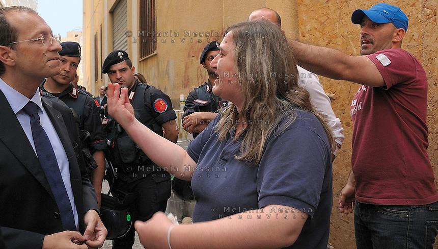 Palermo, sgomberi delle famiglie senza tetto, Mimma protesta con l'assessore del comune di Palermo.<br /> Palermo, eviction of homeless families, Mimma argues with the authorities of the municipality of palermo.