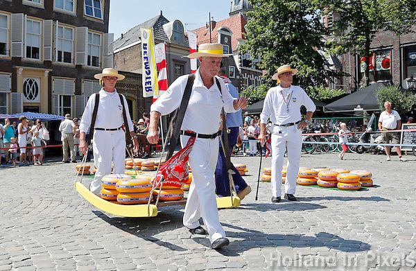 Nederland  Hoorn 2016.  Kaasmarkt in Hoorn. Kaasdragers dragen een berrie met kaas.  Foto Berlinda van Dam / Hollandse Hoogte