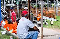 ATENÇÃO EDITOR: FOTO EMBARGADA PARA VEÍCULOS INTERNACIONAIS. - SAO PAULO)11 de dezembro 2012.(Funcionarios da Obra do viaduto Presidente Juscelino Kubitschek se preparam para trabalhar FOTO: ADRIANO LIMA / BRAZIL PHOTO PRESS).