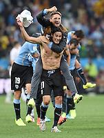 FUSSBALL WM 2014  VORRUNDE    GRUPPE D     Uruguay - England                     19.06.2014 Edinson Cavani schultert im Jubelglueck nach dem Abpfiff Gaston Ramirez (beide Uruguay)