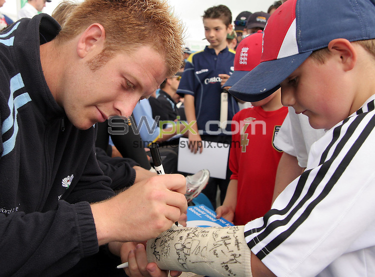 PICTURE BY VAUGHN RIDLEY/SWPIX.COM -  Cricket - Yorkshire CCC - Junior Vikings Day - Headingley, Leeds, England - 08/07/06...? Simon Wilkinson - 07811 267706...Junior Vikings Day - July 8th, 2006.