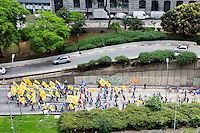 SÃO PAULO,SP, 05.10.2015 - PROTESTO-SP - Manifestantes caminham na avenida 09 de Julho saída do túnel do Anhangabaú em direção à sede da Caixa Econômica na praça da Sé região central de SP na manhã desta segunda-feira 05 (Foto: Fernando Nascimento/Brazil Photo Press)