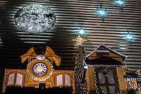 SÃO PAULO, SP, 25.11.2015- NATAL-DECORAÇÕES - Decoração de natal enfeita fachada de shoping na Avenida Paulista, região central de São Paulo na noite desta quarta-feira, 25. (Foto: Renato Mendes / Brazil Photo Press)