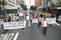 SÃO PAULO, SP - 13.09.2013 - MANIFESTAÇÃO EM APOIO AS FERIDOS 7 DE SETEMBRO -  Grupo se reuni no vão do MASP na Av Paulista região central de São Paulo neste sábado (13) em apoio aos feridos no confronto de 7 de setembro, o grupo percorrem o percurso da manifestação do dia 7 fazendo paradas onde tiveram manifestantes feridos. (Foto: Marcelo Brammer/Brazil Photo Press)
