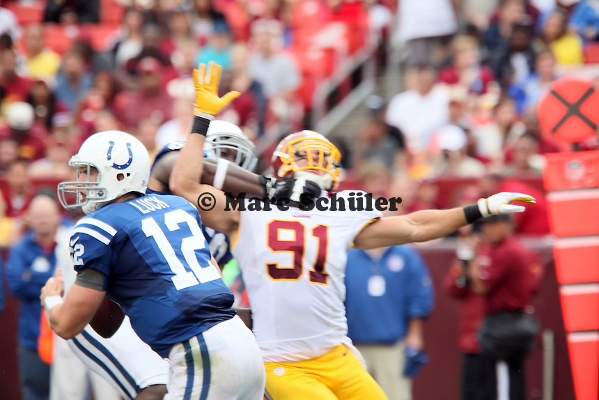 LB Ryan Kerrigan (Redskins) wird gehalten und kann QB Andrew Luck (Colts) nicht tackeln