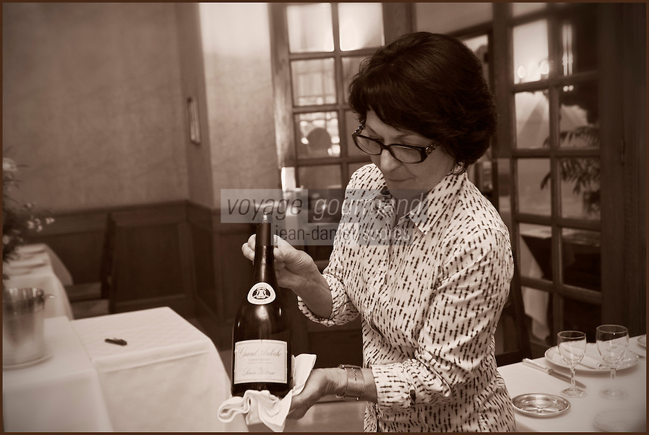 Europe/France/Rhone-Alpes/07/Ardéche/Lamastre:  Hôtel du Midi/Barattéro - Service du vin par Marie-George Perrier [Non destiné à un usage publicitaire - Not intended for an advertising use]