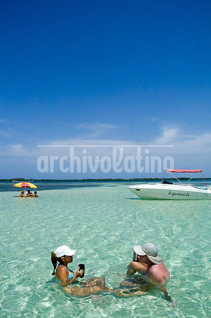 Dos turistas descansan en Bajo Caimán, en el  Parque Nacional Morrocoy. Estas playas están ubicadas entre las poblaciones de Tucacas y Chichiriviche, en la región costera centro-norte del estado Falcón, en  Venezuela. Morrocoy, 28-05-2006. (Gabriel Osorio / Orinoquiaphoto) <-> Morrocoy National Park, is located at about three hours east of Caracas is a set of islands of more than 32 thousand Ackers and is one of the best tourists destinations in Venezuela. Te park?s protected areas conserves the wild charm of it?s  beaches, clear blue and warm waters that attracts more that 200.000 tourist during the year. (Gabriel Osorio / Orinoquiaphoto)