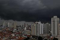 SAO PAULO, SP, 06 JANEIRO 2013 - CLIMA TEMPO CAPIATAL PAULISTA - Nuvens carregadas sobre a cidade de São Paulo na tarde desse Domingo (06). FOTO: LUIZ GUARNIERI / BRAZIL PHOTO PRESS).