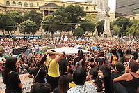RIO DE JANEIRO, RJ, 17 SETEMBRO 2013 - PROFESSORES DO MUNICIPIO DO RJ  EM ESTADO DE GREVE REALIZAM NOVA ASSEMBLÉIA - A prefeitura não cumpriu o acordo de apresentação de um plano de carreira para os professores municipais com isso uma comissão esta negociando com o prefeito no Palácio da Cidade e o sindicato esta negociando com os professores se vai ao Palácio Guanabara acompanhar as negociações e decidir pela volta ou não da greve nessa terça 17. (FOTO: LEVY RIBEIRO / BRAZIL PHOTO PRESS)
