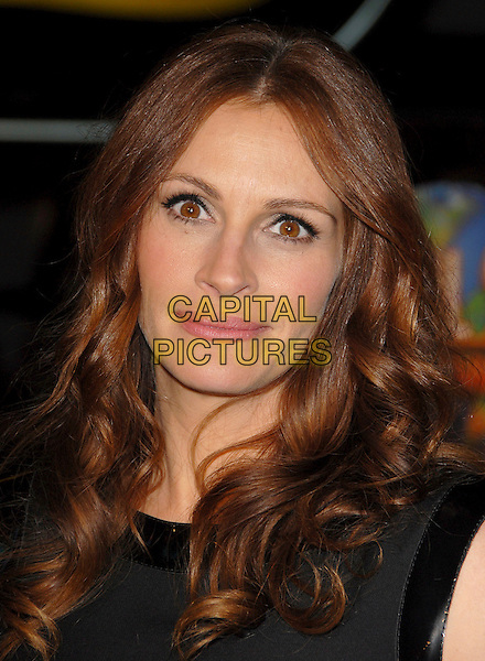 """JULIA ROBERTS.Attends Universal Pictures' L.A. Premiere of """"Charlie Wilson's War"""" held at The City Walk in Universal City, California, USA, December 10th 2007.                                                                     portrait headshot.CAP/DVS.©Debbie VanStory/Capital Pictures"""
