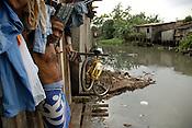 Benedito Matias 40 anos, um filho adotado, morando a 20 no Tucunduba tem sonhos de dias melhores.<br /> Centenas de palafitas ao redor do igarap&eacute; do Tucunduba abrigam milhares de fam&iacute;lias sem condi&ccedil;&otilde;es m&iacute;nimas de saneamento esgoto ou &aacute;gua pot&aacute;vel. o igarap&eacute; que &eacute; usado para transporte de produtos at&eacute; o centro da cidade est&aacute; completamente polu&iacute;do.<br /> Bel&eacute;m, Par&aacute;, Brasil.<br /> 20 03 2009<br /> Foto Paulo Santos