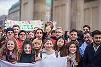 """Am Samstag den 3. November 2018 veranstaltete das Erasmus Studentennetzwerk Deutschland e.V. mit mehreren hundert internationalen Erasmus-Studentinnen und Studenten in Berlin eine """"Flaggenparade zur europaeischen Integration"""". Mit der Parade wollten die jungen Menschen fuer den interkulturellen Austausch und gegen nationale Grenzen demonstrieren.<br /> 3.11.2018, Berlin<br /> Copyright: Christian-Ditsch.de<br /> [Inhaltsveraendernde Manipulation des Fotos nur nach ausdruecklicher Genehmigung des Fotografen. Vereinbarungen ueber Abtretung von Persoenlichkeitsrechten/Model Release der abgebildeten Person/Personen liegen nicht vor. NO MODEL RELEASE! Nur fuer Redaktionelle Zwecke. Don't publish without copyright Christian-Ditsch.de, Veroeffentlichung nur mit Fotografennennung, sowie gegen Honorar, MwSt. und Beleg. Konto: I N G - D i B a, IBAN DE58500105175400192269, BIC INGDDEFFXXX, Kontakt: post@christian-ditsch.de<br /> Bei der Bearbeitung der Dateiinformationen darf die Urheberkennzeichnung in den EXIF- und  IPTC-Daten nicht entfernt werden, diese sind in digitalen Medien nach §95c UrhG rechtlich geschuetzt. Der Urhebervermerk wird gemaess §13 UrhG verlangt.]"""
