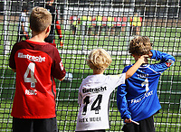 Junge Fans sehen der Eintracht zu - 05.09.2018: Eintracht Frankfurt Training, Commerzbank Arena, DISCLAIMER: DFL regulations prohibit any use of photographs as image sequences and/or quasi-video.