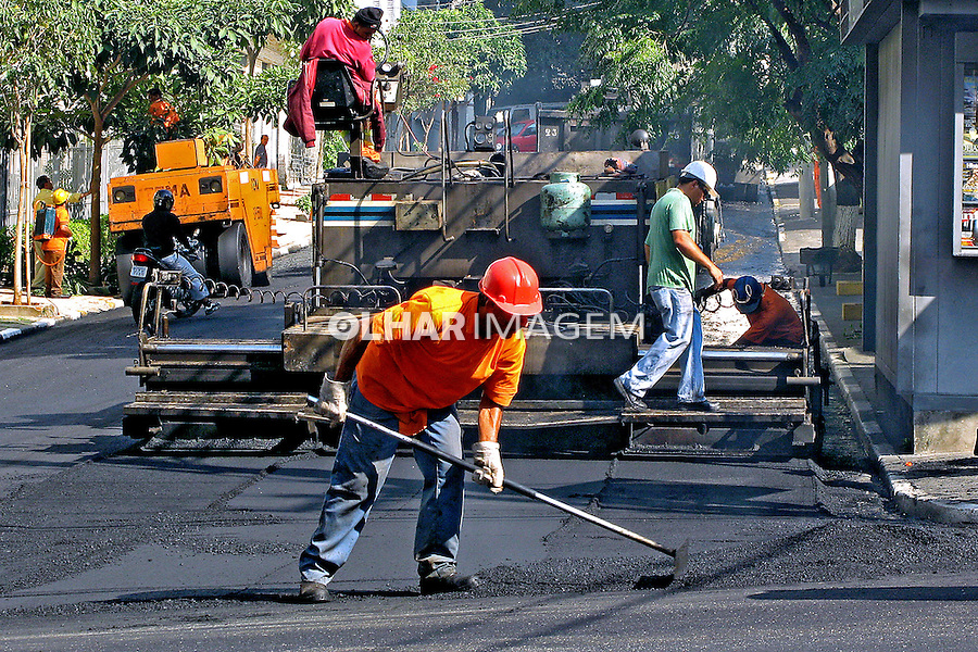 Trabalho de pavimentação de rua. São Paulo. 2007. Foto de Juca Martins.