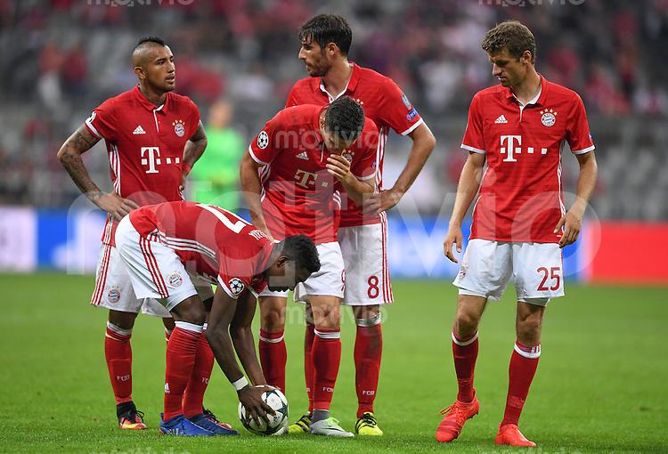 FUSSBALL CHAMPIONS LEAGUE SAISON 2016/2017 GRUPPENPHASE FC Bayern Muenchen  - FK Rostow              13.09.2016 David Alaba (li) und Robert Lewandowski (re, beide FC Bayern Muenchen) bereiten einen Freistoss vor