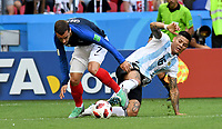 KAZAN - RUSIA, 30-06-2018: Antoine GRIEZMANN (Izq) jugador de Francia disputa el balón con Marcos ROJO (Der) jugador de Argentina durante partido de octavos de final por la Copa Mundial de la FIFA Rusia 2018 jugado en el estadio Kazan Arena en Kazán, Rusia. / Antoine GRIEZMANN (L) player of France fights the ball with Marcos ROJO (R) player of Argentina during match of the round of 16 for the FIFA World Cup Russia 2018 played at Kazan Arena stadium in Kazan, Russia. Photo: VizzorImage / Julian Medina / Cont