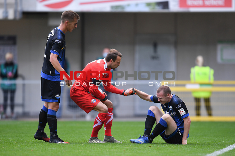 Sebastian Schonlau (SC Paderborn #13) mit schmerzverzertem Gesicht auf dem Boden. Torwart Leopold Zingerle (SC Paderborn #17) und Uwe HŸnemeier | Huenemeier (SC Paderborn #2) bei ihm.<br />