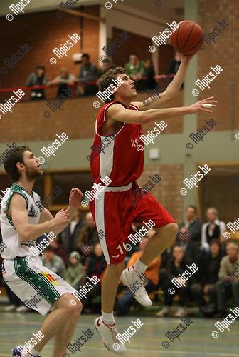 2008-12-20 / Basketbal / Gembo - Quaregnon / E. Van Aken (Gembo) is zijn bewaker te snel af...Foto: Maarten Straetemans (SMB)