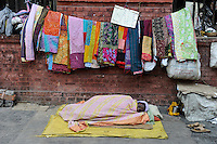 INDIA Westbengal, Kolkata, homeless people, Sale of patchwork blankets / INDIEN, Westbengalen, Kolkata, Obdachlose