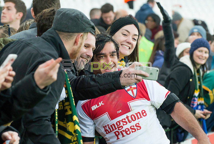 Picture by Allan McKenzie/SWpix.com - 13/11/2016 - Rugby League - 2016 Ladbrokes Four Nations - England v Australia - The Olympic Stadium, London, England - The brief, Jonathan Thurston stops for photos with fans.