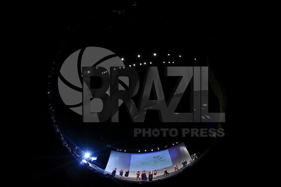 SAO PAULO, SP, 24 FEVEREIRO 2013 - FASHION WEEKEND PLUS SIZE - CATIA FERRARI - Modelo desfila pela grife Catia Ferrari durante o Fashion Weekend Plus Size - Outuno/Inverno 2013 no Auditório Simon Bolivar no Memorial da América Latina na regiao oeste de São Paulo na noite de ontem sabado, 23. (FOTO: VANESSA CARVALHO / BRAZIL PHOTO PRESS).