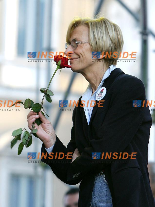 Roma 6/4/2006 Chisura campagna elettorale Rosa nel pugno a Piazza Navona. Emma Bonino con una rosa in mano <br /> Photo Andrea Staccioli Insidefoto