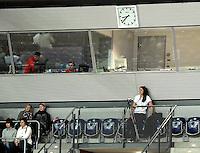 1. Bundesliga Handball Frauen - Punktspiel HC Leipzig (HCL) : DJK / MJC Trier - Arena Leipzig - im Bild: heute mal Kamerakind - HCL Spielerin Rannveig Haugen ist verletzt und übernimmt deswegen die Kamerakontrolle an der Videokamera auf den Rängen. Foto: Norman Rembarz ..