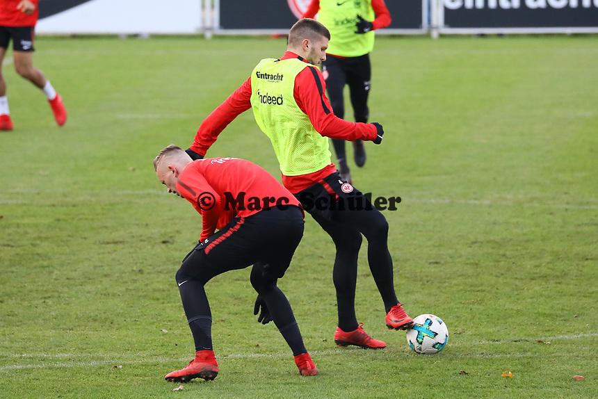 Ante Rebic (Eintracht Frankfurt) setzt sich durch - 14.11.2017: Eintracht Frankfurt Training, Commerzbank Arena