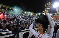 ATENÇÃO EDITOR: FOTO EMBARGADA PARA VEÍCULOS INTERNACIONAIS - SÃO PAULO, SP, 26 DE SETEMBRO DE 2012 - FINAL DA RECOPA SULAMERICANA - SANTOS x UNIVERSIDAD DE CHILE: Patito Rodrigues comemora a conquista da Recopa Sulamericana  após vitória na partida Santos x Universidad de Chile realizada no Estádio do Pacaembú em São Paulo. FOTO: LEVI BIANCO - BRAZIL PHOTO PRESS