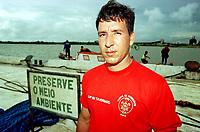 Capitão Claudio Tavernard dos bombeiros, descobrio que havia vazado oleo da balsa durante a operação de resgate.<br />08/03/2000. Foto Paulo Santos/Interfoto