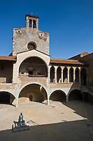 Europe/France/Languedoc-Roussillon/66/Pyrénées-Orientales/Perpignan: Le palais des rois de Majorque- La Cour d'Honneur et le donjon-chapelle  Ste-Croix