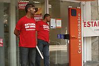 ATENCAO EDITOR: FOTO EMBARGADA PARA VEICULOS INTERNACIONAIS - SAO PAULO, SP, 18 DE SETEMBRO 2012 - GREVE DOS BANCARIOS - Comecou hoje, 18,  a greve dos bancarios que  reivindicam reajuste salarial de 10,25 (aumento real de 5,0), mais contratacoes, protecao contra demissoes sem motivos e fim da rotatividade, fim das metas abusivas e combate ao assedio moral, alem de mais seguranca - na foto banco no centro da capital paulista  - FOTO LOLA OLIVEIRA - BRAZIL PHOTO PRESS