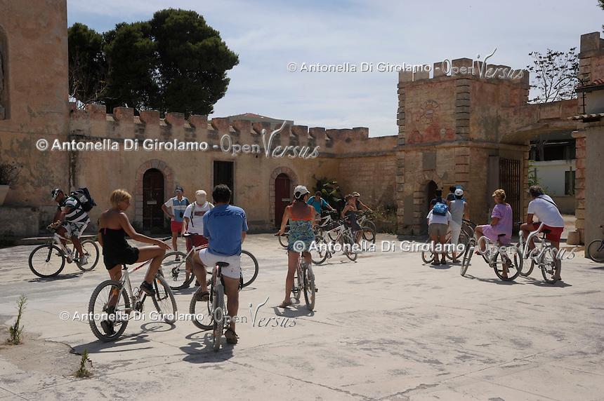 Turisti durante la visita guidata in bicicletta. Tourists during the tour by bicycle..