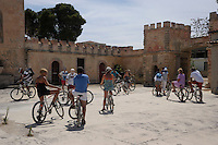 Turisti durante la visita guidata in bicicletta. Tourists during the tour by bicycle..