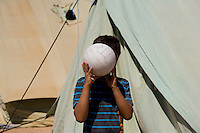 Tunisie RasDjir Camp UNHCR de refugies libyens a la frontiere entre Tunisie et Libye ....Tunisia Rasdjir UNHCR refugees camp  Tunisian and Libyan border  *** Local Caption *** Garcon avec balle de football blanche qui couvre son visage ..Boy with a white soccer ball