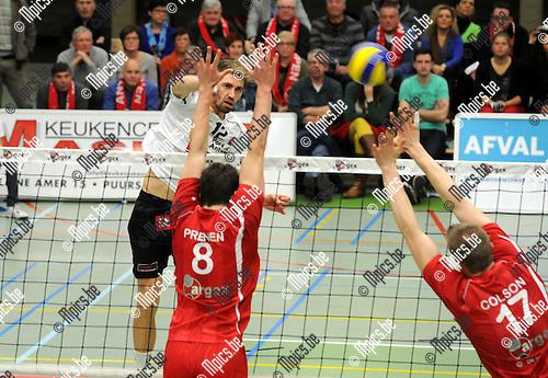 2013-02-23 / Volleybal / seizoen 2012-2013 / Puurs - Antwerpen / Ditlevsen (Antwerpen) tegenover Prenen en Colson (r.)..Foto: Mpics.be