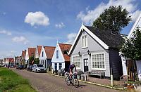 Nederland Durgerdam 2019. Man fietst langs dijkhuizen in Durgerdam. Foto Berlinda van Dam / Hollandse Hoogte