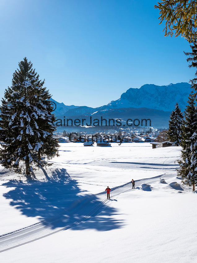 Deutschland, Bayern, Oberbayern, Winter im Werdenfelser Land: Langlaufloipe bei Wallgau vor dem Wettersteingebirge | Germany, Bavaria, Upper Bavaria, Winter in Werdenfelser Land: cross country skiing run near Wallgau with Wetterstein mountains