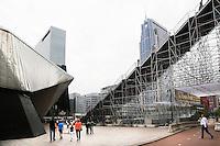 Nederland Rotterdam 2016. Tijdelijke trap naar het dak van het Groothandelsgebouw . Llinks het Centraal Station. Rotterdamse Dakendagen.  Foto Berlinda van Dam / Hollandse Hoogte