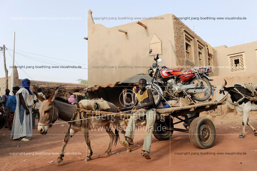 MALI Djenné , boy transport motor bike by donkey wagon / MALI Djenné , Junge transportiert Motorrad mit Eselkarren