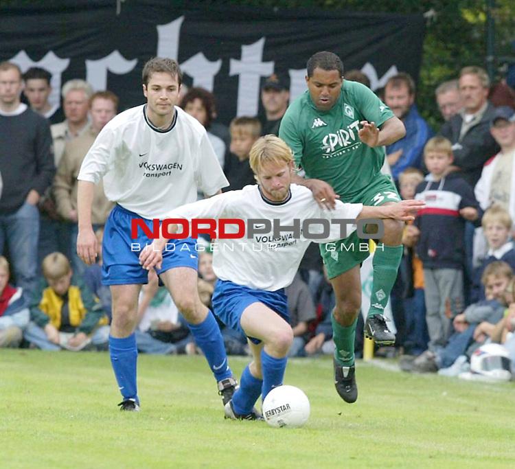 1. BL 2003/2004<br /> Testspiel Kickers Emden vs. SV Werder Bremen<br /> Ailton (rechts) von Werder Bremen im Zweikampf mit Denjamin Dvewniok (Mitte) von Kickers Emden.<br /> (Info: Kickers Emden spielt in der Oberliga Niedersachsen/Bremen)<br /> Foto &copy; nordphoto <br /> <br />  *** Local Caption *** Foto ist honorarpflichtig! zzgl. gesetzl. MwSt.<br />  Belegexemplar erforderlich<br /> Adresse: nordphoto<br /> Georg-Reinke-Strasse 1<br /> 49377 Vechta