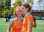 AMSTELVEEN  -  ex international  Willemijn Kuis-Bos met Evaline Janssens (Gro)   na haar laatste hoofdklasse wedstrijd.   Hoofdklasse hockey dames ,competitie, dames, Amsterdam-Groningen (9-0) .     COPYRIGHT KOEN SUYK
