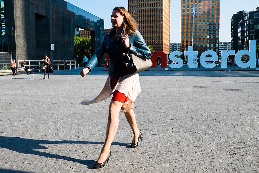 Nederland, Amsterdam, 16 juli 2015<br /> Amsterdam Zuidas. Kantoorpersoneel van de bedrijven op de zuidas lopen naar het ns-station aan het einde van de werkdag.<br /> <br /> Foto: Michiel Wijnbergh