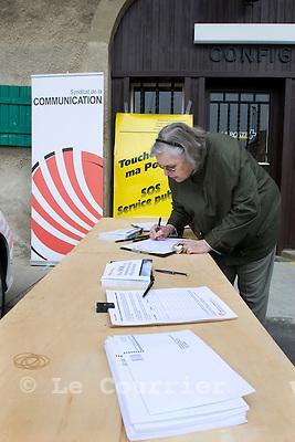 Genève, le 01.04.2009.Pétition contre la fermeture des postes..Signature devant la poste de confignon..© Le Courrier / J.-P. Di Silvestro