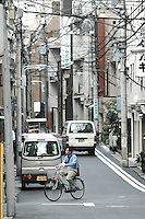(Photo.: Stefan Nobel-Heise)Youth man with Bike at the Urban street, Bike, Man, Japanese, Asakusa, Taito, Tokio, Japan, Cabel, TV, Rad Verkehr,Traffik, Urban, City, Haus, Stadt, Van, Auto, Gaz, Umwelt, Strom,Power, Elektricity