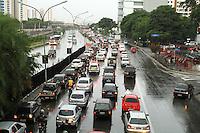 SAO PAULO, SP, 08 MARCO 2013 - TRANSITO EM SAO PAULO - Apos forte chuva o transito encontra-se completamente engarrafado na radial Leste sentido bairros no Tatuape zona leste da cidade nesta sexta 08. (FOTO: LEVY RIBEIRO / BRAZIL PHOTO PRESS)